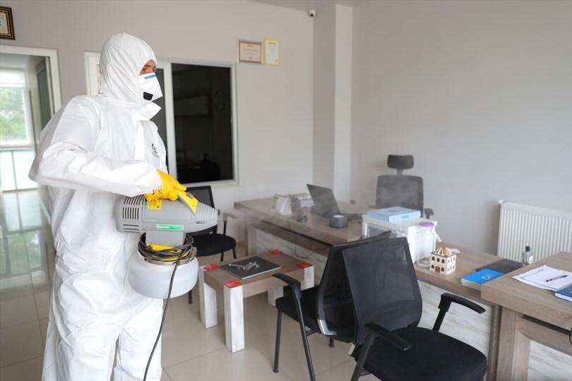 Büyükşehir işyerlerini dezenfekte etmeye devam ediyor