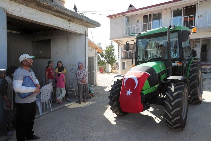 Fedakar çiftçi yeni traktörüne Büyükşehir ile kavuştu
